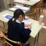 実感算数を待つ間、自習する小学1、2年生!!