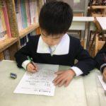 凛とした姿勢で学習に取り組む1年生&実感算数の醍醐味である「自分の力を120%発揮して」割り算を思考する1年生!